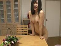 自宅のダイニングテーブルで角オナニーをするパイパン娘