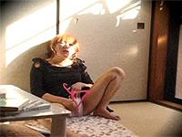 夕日を浴びながらハンガーをアソコに擦りつけてオナニーしている女を盗撮