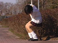 掃除の最中にアソコがムズムズしたのか野外マンズリを始める女子生徒
