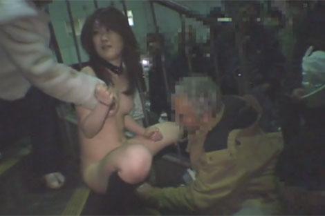 オマ●コをオッサンに触られるユメちゃん