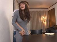 兄嫁のマキシワンピから浮き出るモリマンをテーブルの角に擦り付けて強制角擦りする弟!