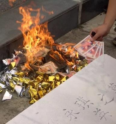 Burning an offering to the dead - Qingming Festival - onaroadtonowhere.com