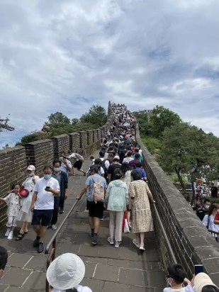 Crowds on the Great Wall of China in Beijing – onaroadtonowhere.com