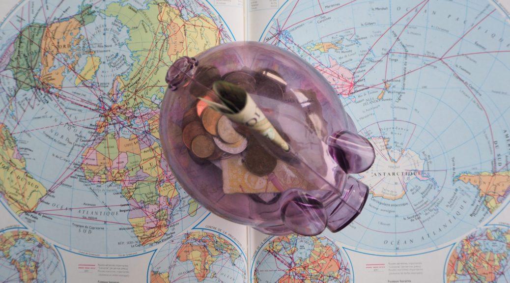 Photo montrant une tirelire sur un livre ouvert