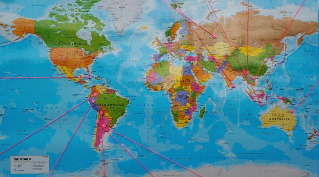 Photo d'une carte du monde montrant des destinations