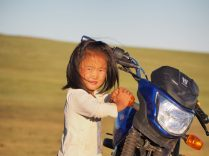 Une des filles joue avec la moto