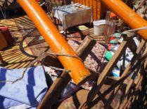 Détail de l'accroche des bâtons qui forment le toit