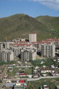 Le contraste des immeubles en construction et des yourtes