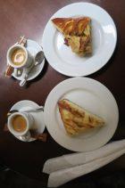 Photo d'un encas composé de Pirog sucrés et de cafés