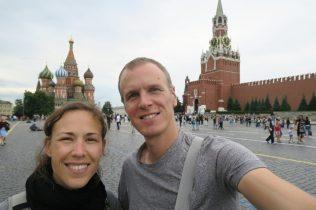 Deux personnes sur la place Rouge à Moscou