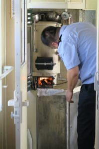 Le steward ravive le foyer du samovar