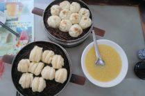 Petit déjeuner à base de dumplings à la viande et nature, avec soupe de cérérales