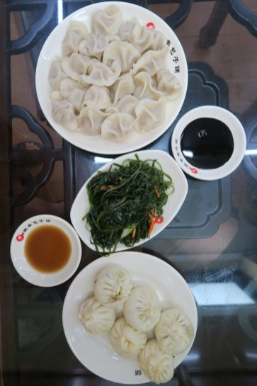 Assortiment de dumplings et salade d'algues