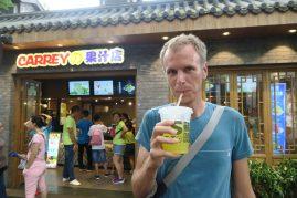 Julien sirote une boisson fraiche au citron vert