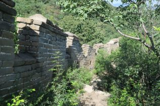 Le mur suit les contours du terrain
