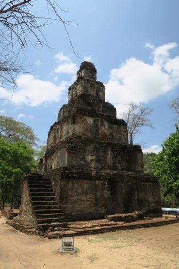 Ruine de temple à Polonnaruwa (Satmahal Prasada)