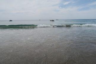 Julien joue dans les vagues (il est bien caché dans le rouleau)