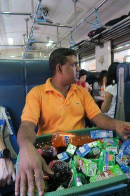 Vendeur de boissons dans le Train Kandy - Ella (il prend sa pause à coté de nous)