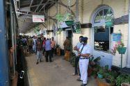 Sur le quai d'une gare entre Kandy et Ella