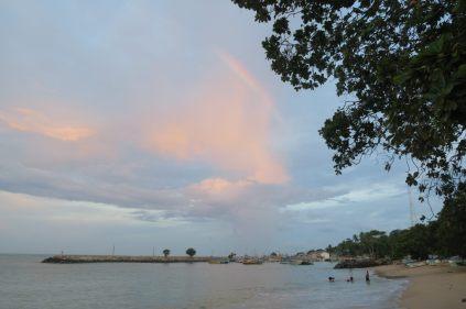 Les locaux dans l'eau pêchaient des coques sous un arc en ciel, juste à coté du port de Tangalle