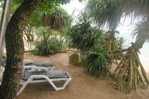 Une tombe en bord de mer, entre un resort et la plage