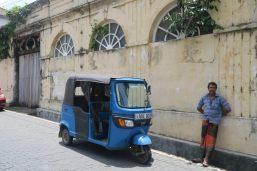 Un chauffeur de tuk-tuk profite de l'ombre