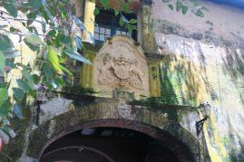Blason à l'entrée de l'enceinte du fort