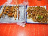 Brochettes diverses et nouilles sautées
