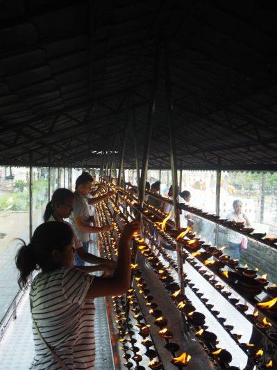 Cierges - Temple de la Dent de Bouddha à Kandy