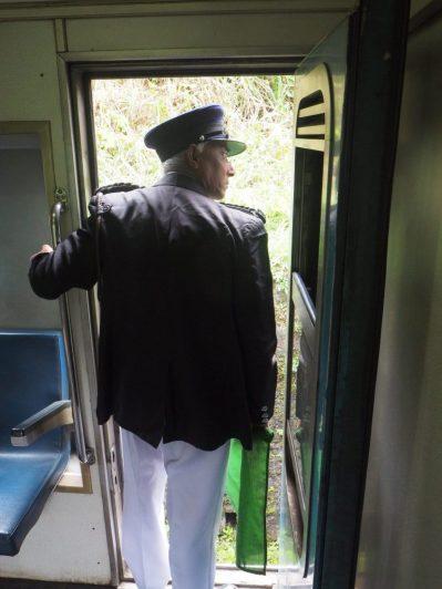 Contrôleur du train entre Kandy et Ella