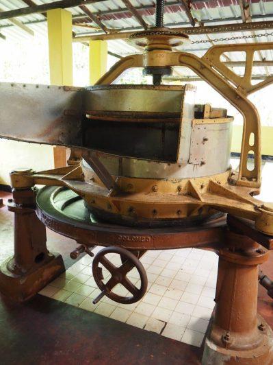 Vieille machine servant à sécher le thé
