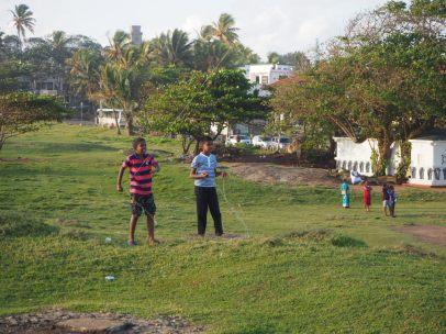 Des enfants jouent au cerf-volant dans le fort
