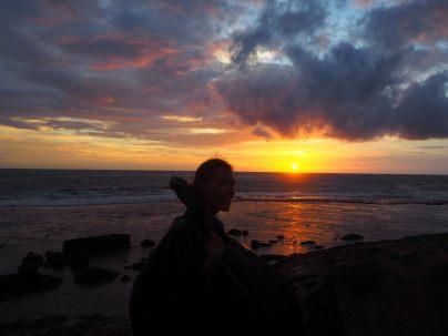 Elise devant le coucher de soleil, le poncho sorti ! On venait de se prendre une grosse averse