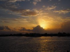 Coucher de soleil dans le port de Mirissa