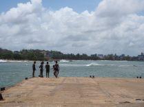 Une bande de gamins jouant sur un ponton