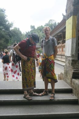 Visite du temple Tirta Empul, sarung pour tout le monde !