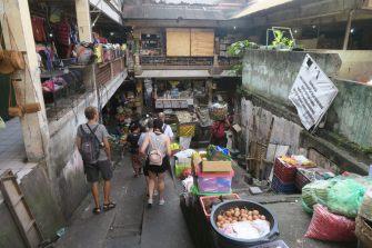 Descente vers les sous-sols - Marché de Ubud