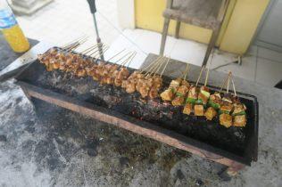 Cuisson des brochettes du poulet satay