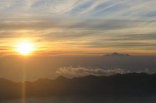 Le soleil, désormais entièrement levé, avec le Mont Rinjiani au loin