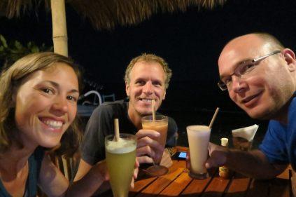 Vos trois aventuriers autour de jus de fruits lors de leur arrivée à Amed