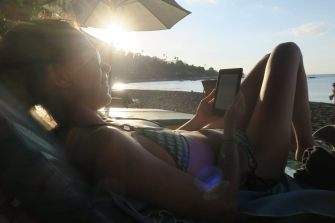 Elise en pleine lecture sur la plage, entre deux séances de snorkeling
