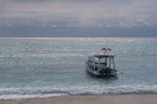 Un bateau amarré à la page