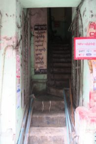 L'entrée d'un immeuble à Yangon