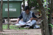 Un lecteur dans le parc de l'indépendance
