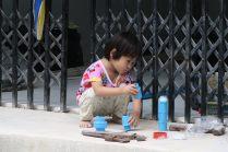 Une jeune fille joue avec des embouts de tuyau