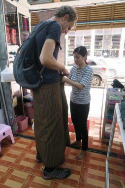 """Julien essaye un """"longwy"""", vêtement traditionel birman"""