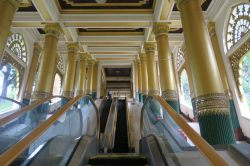 L'entrée est en fait un long escalier - ici, un escalator - vers le haut de la colline