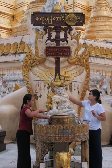 """Tout autour de la pagode, différents """"coins"""" nommés comme les jours de la semaine (ici le """"Wednesday corner""""). Les croyants sélectionnent le jour de leur naissance et viennent arroser le Buddha selon un rituel précis, afin de se porter chance"""