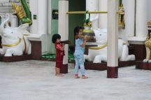 Deux enfants qui sonnent une cloche