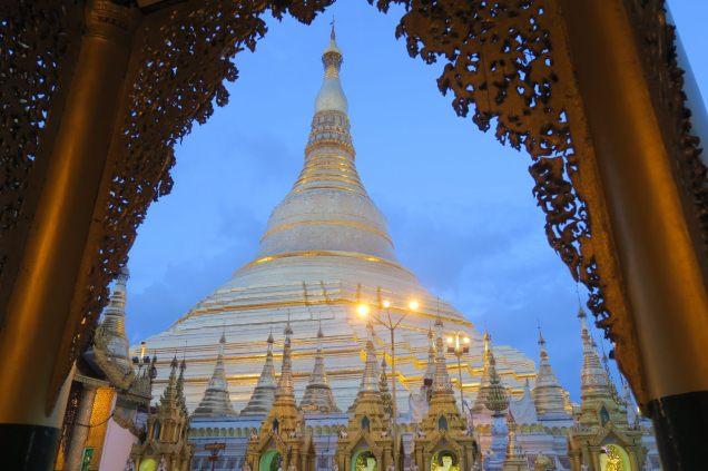 La pagode vue depuis l'entrée d'un temple